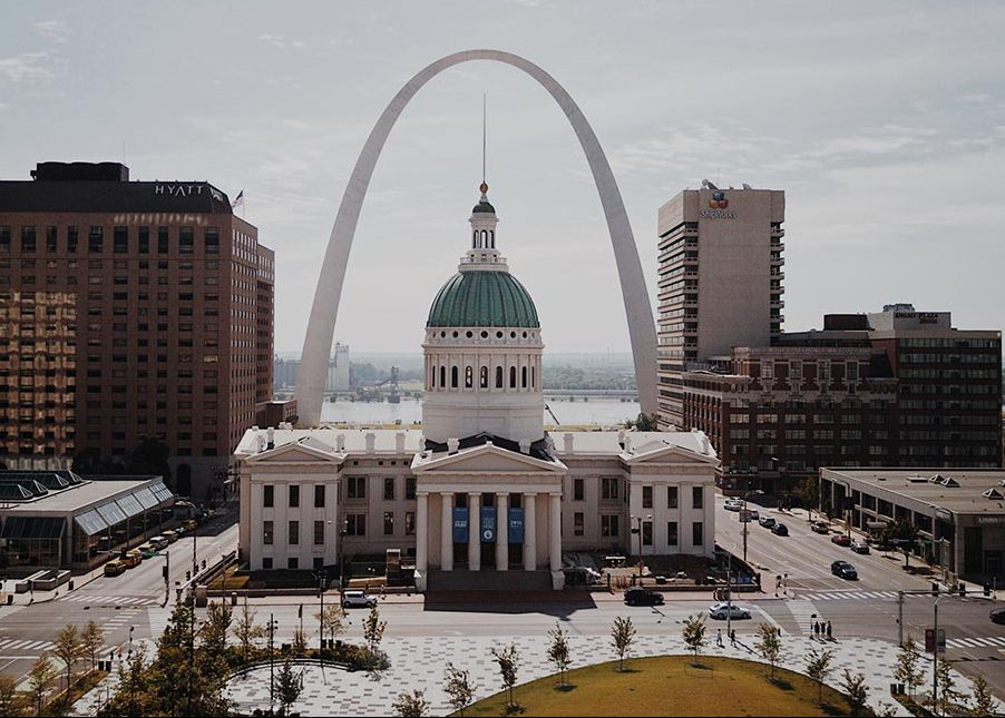 Gateway arch St. Louis Courthouse